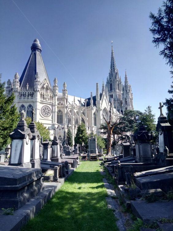 نمای-کلیسای-بانوی-ما-از-داخل-محوطه-قبرستان